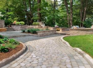 Garden edging with grey cobble stone